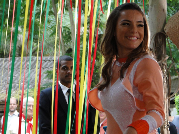 Matias fica encantado ao ver Cris dançando (Foto: A Vida da Gente - TV Globo)