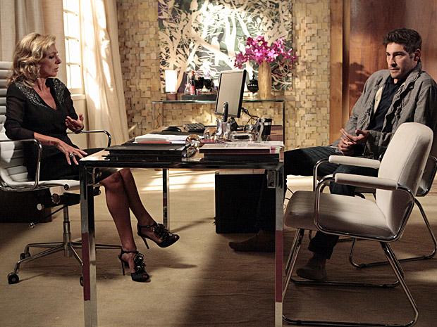 Rubinho conversa com Maruschka (Foto: Aquele Beijo/TV Globo)