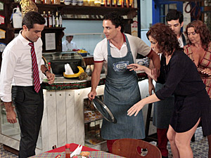 Claudia derruba a bandeja do garçom (Foto: Aquele)