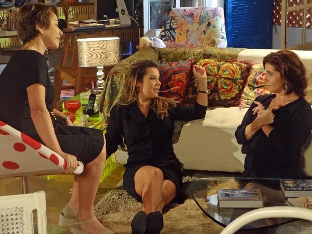 Camila visita Regina e Claudia (Foto: Aquele Beijo/TV Globo)