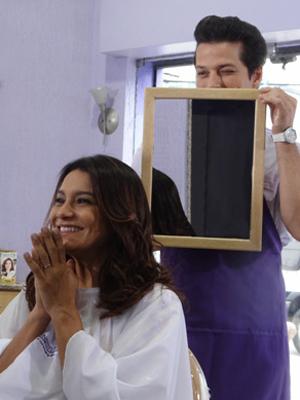 Crô põe em prática suas aulas de cabeleireiro e repagina Celeste (Foto: Fina Estampa/TV Globo)