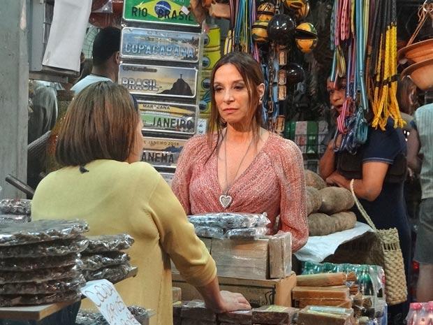 Damiana atende por 'Toinha' e Raimundinha descobre a farsa (Foto: Aquele Beijo/TV Globo)