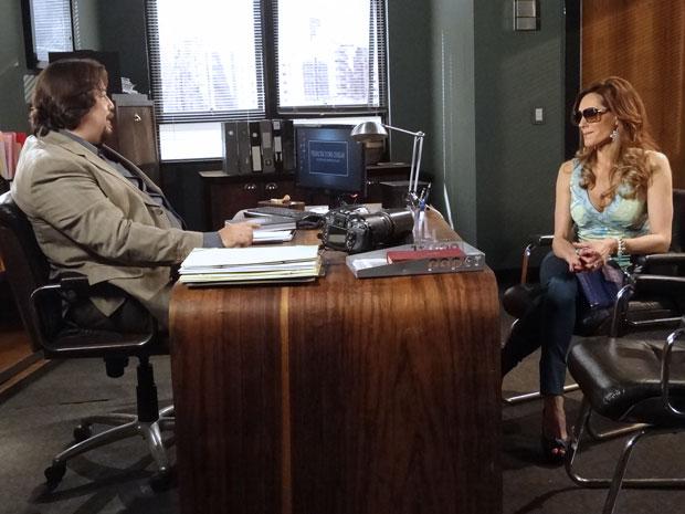 Tereza Cristina procura um detetiva particular (Foto: Fina Estampa/TV Globo)