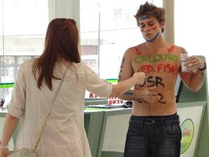 Débora tenta dar dinheiro a Betão, mas ele recusa (Foto: Malhação / TV Globo)