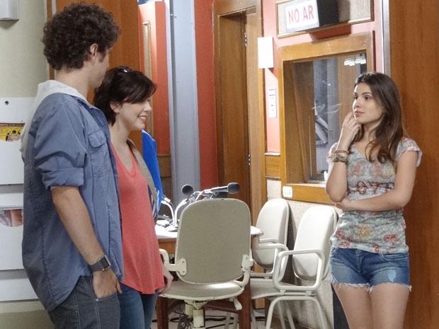 Clima fica tenso quando Alexia pergunta se pode entrar logo para a equipe da rádio (Foto: Malhação / TV Globo)
