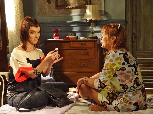 Estela mostra a Olga o remédio que vai usar e a mãe se diverte (Foto: Aquele Beijo/TV Globo)