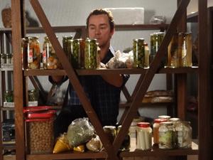 Fred coloca alimentos vencidos no depósito (Foto: Fina Estampa/TV Globo)