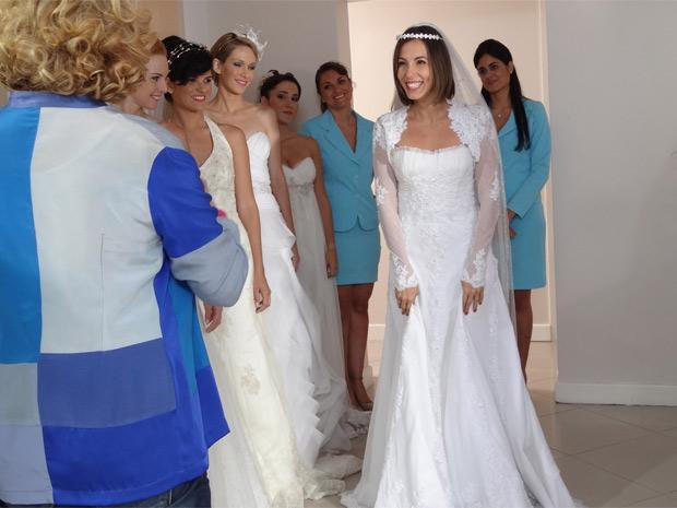 Letícia fica encantada com o vestido escolhido (Foto: Fina Estampa/TV Globo)