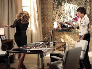 Maruschka arremessa tudo de seu escritório (Foto: Aquele Beijo / TV Globo)