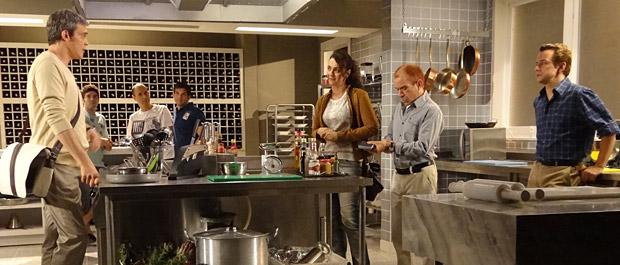Fred se oferece para ajudar René e aproveita para colocar seu plano em prática (Foto: Fina Estampa/TV Globo)