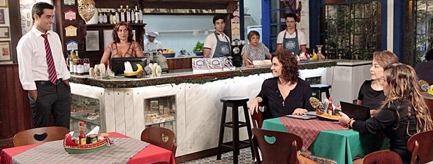 Vicente sorri ao ver Claudia no Sonho D'Aveiro (Foto: Aquele Beijo/Tv Globo)