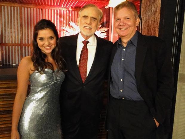 Cuoco e Polliana Aleixo recebem o ator Silvio Ferrari (Foto: A Vida da Gente/TV Globo)