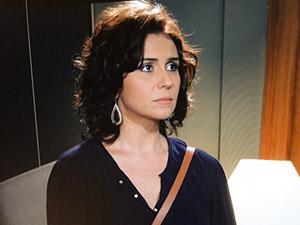 Claudia vê Rubinho rasgar os papeis (Foto: Aquele)
