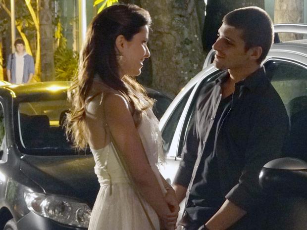 Cristal mente para Gabriel e sai com Tomás...