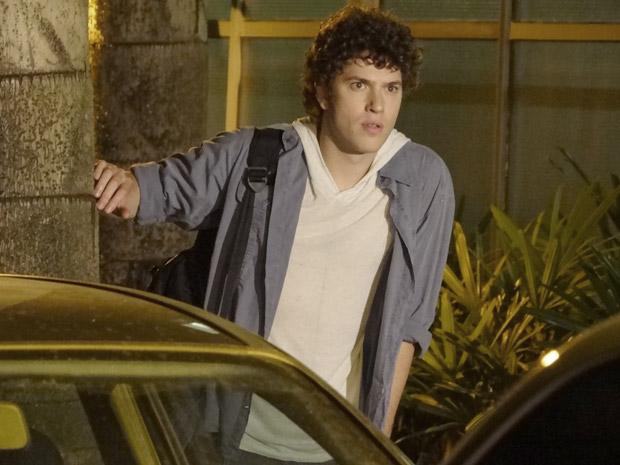 Gabriel fica chocado ao ver a namorada saindo com Tomás (Foto: Malhação / TV Globo)