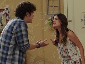 Gabriel tenta se explicar, mas Cristal fica revoltada (Foto: Malhação / TV Globo)