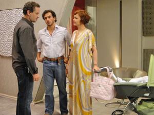Paulo dá de cara com Guaracy com a filha de Esther (Foto: Fina Estampa/TV Globo)