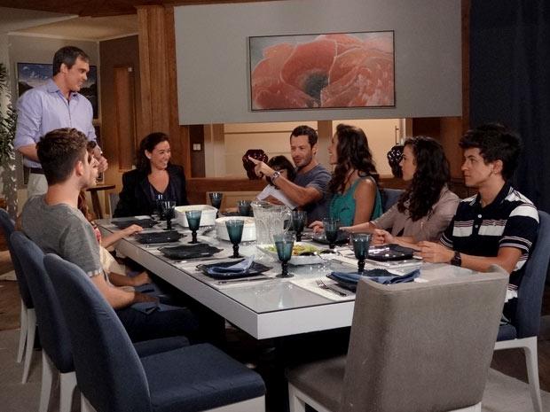 René prepara jantar para a família de Griselda e convidados (Foto: Fina Estampa / TV Globo)