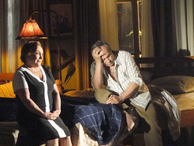 Laudelino fica arrasado depois de tentar retomar a vida sexual (Foto: A Vida da Gente - TV Globo)