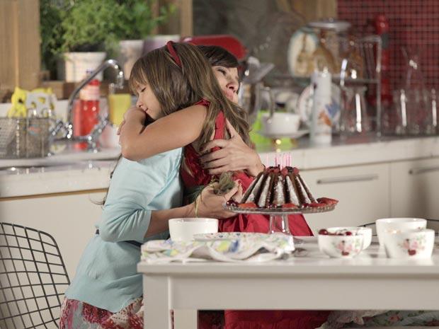 Manu prepara bolo especial para Júlia (Foto: A Vida da Gente / TV Globo)