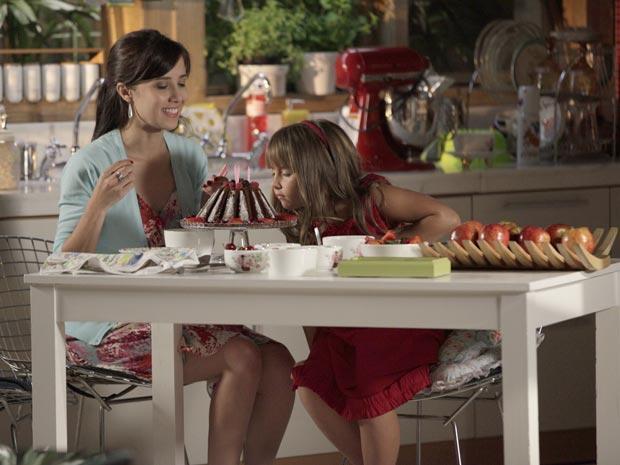 Júlia mata as saudades dos bolos de Manu e pede para ela voltar (Foto: A Vida da Gente / TV Globo)