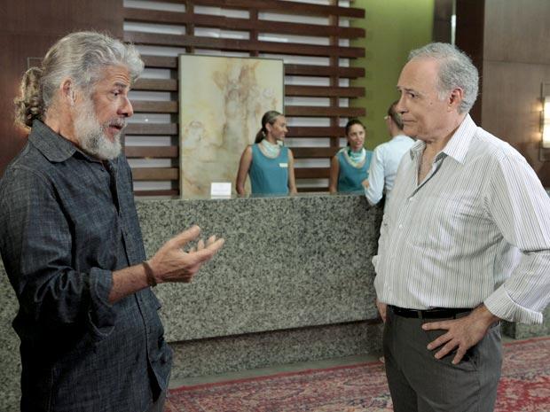Barinski fica com o pé atrás ao conversar com Pereirinha (Foto: Fina Estampa / TV Globo)