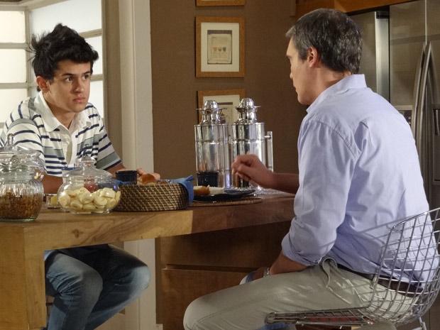 René Jr. aceita morar na casa de Griselda (Foto: Fina Estampa/TV Globo)