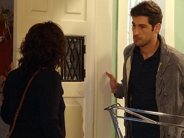 Rubinho vai atrás de Claudia na casa dela (Foto: Aquele Beijo/TV Globo)