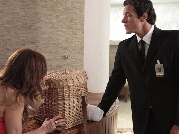 Tereza Cristina confere a cobra que Ferdinand arranjou para colocar no carro de Amália (Foto: Fina Estampa/TV Globo)
