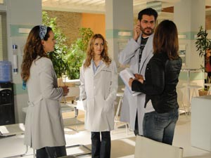 Teresa Lampreia dirige a cena com Vanessa, Thiago e Leona (Foto: A Vida da Gente/TV Globo)