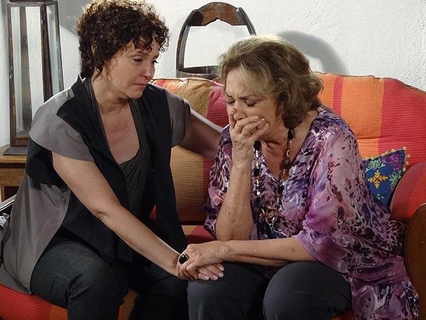 Emocionada, Alice consola Íris (Foto: Fina Estampa / TV Globo)