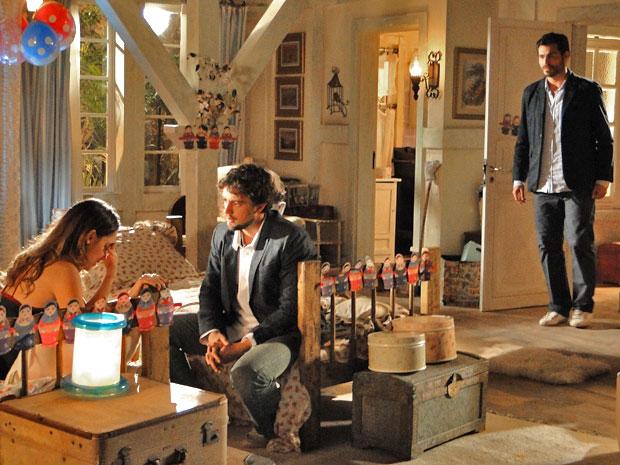 Lucio flagra Ana em intimidade com Rodrigo (Foto: A Vida da Gente/TV Globo)