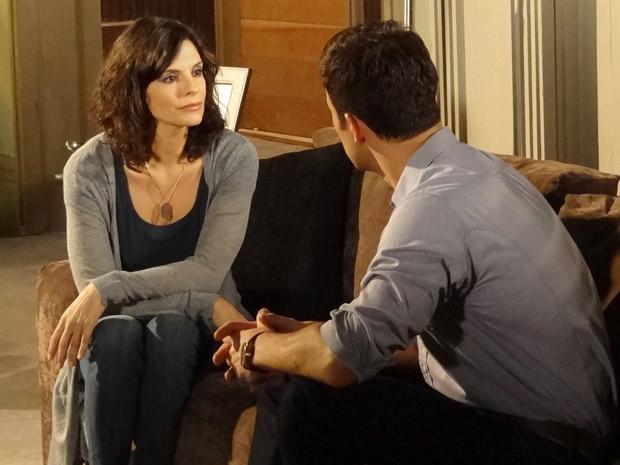 Chiara diz para Juan que tem um aneurisma (Foto: Fina Estampa/TV Globo)