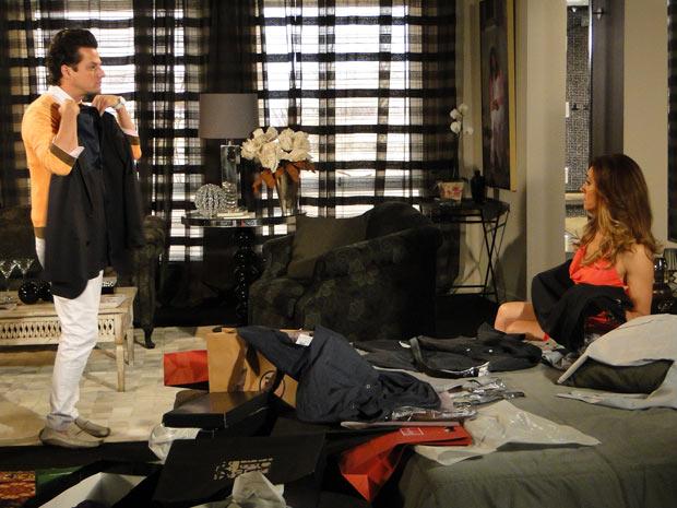 Crô fica surpreso com a preocupação de Tereza Cristina (Foto: Fina Estampa/TV Globo)