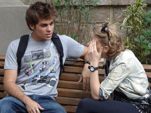 Betão chega e pergunta para Babi o que aconteceu (Foto: Malhação / TV Globo)