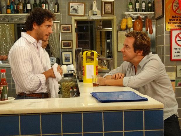 Fred fica embriagado e deixa escapar sobre a reabertura do Le Velmont (Foto: Fina Estampa/TV Globo)