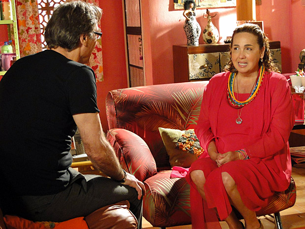 Iara vai conversar com Alberto (Foto: Aquele Beijo/TV Globo)
