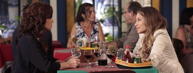 Lucena não mede as palavras e é direta com Claudia (Foto: Aquele Beijo / TV Globo)