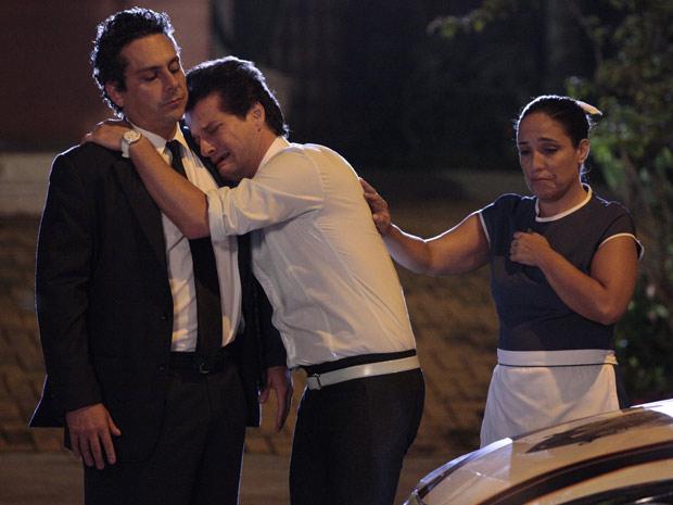 Crô chora no ombro de Baltazar (Foto: Fina Estampa / TV Globo)