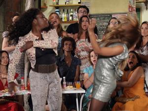 Grace Kelly não consegue reagir (Foto: Aquele Beijo/TV Globo)