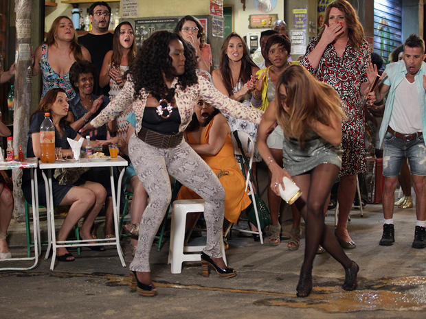 Bernadete dá um corretivo em Grace Kelly (Foto: Aquele Beijo/TV Globo)