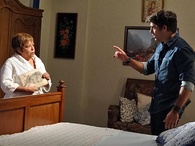 Sebastião vai pedir explicações para Brites (Foto: Aquele Beijo/TV Globo)