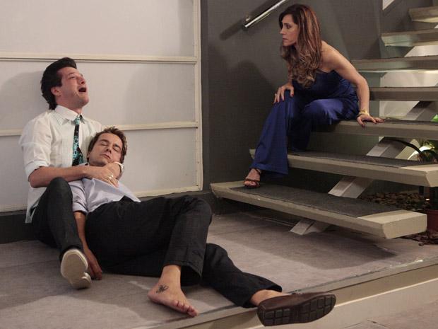 Crô chora agarrado ao corpo de Fred (Foto: Fina Estampa/TV Globo)