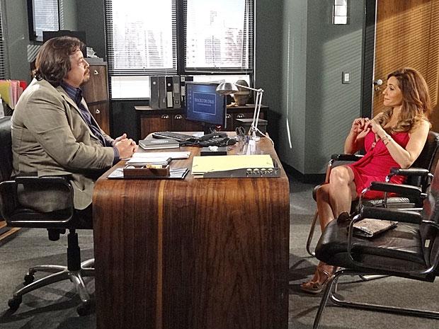 Tereza Cristina descobre novas pistas sobre o verdadeiro investidor do Brasileiríssimo (Foto: Fina Estampa/ TV Globo)