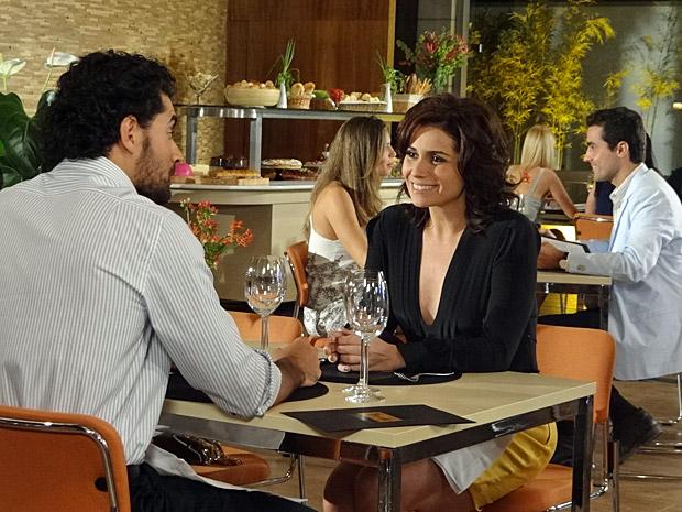 Claudia janta com um amigo  (Foto: Aquele Beijo/TV Globo)
