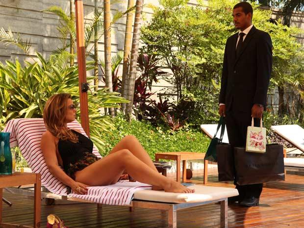 Cris continua investindo em Matias, que não cede aos encantos dela  (Foto: A Vida da Gente/TV Globo)