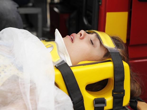 Amália é socorrida após o acidente (Foto: Fina Estampa/TV Globo)