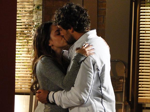 Carinhoso, Rodrigo promete ajudá-la com as despesas (Foto: A Vida da Gente - Tv Globo)