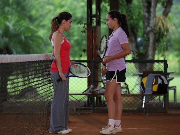 Primeiro dia como treinadora faz sucesso com jovem aluna (Foto: A Vida da Gente/TV Globo)