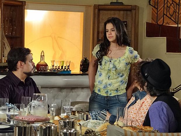 Belezinha vai conversar com a família Barbosa (Foto: Aquele Beijo/TV Globo)